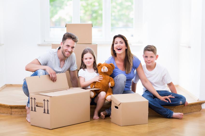 familie packt umzugskartons